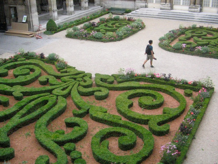 Creative gardens such as this one make the musee Carnavalet a must-see!